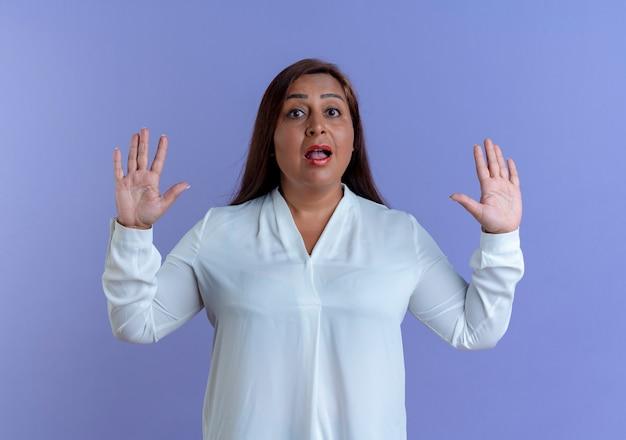 Mulher caucasiana de meia-idade impressionada com gesto de parar