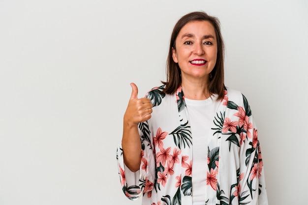 Mulher caucasiana de meia-idade isolada no fundo branco, sorrindo e levantando o polegar