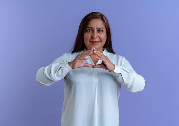 Mulher caucasiana de meia-idade satisfeita e casual de mãos dadas Foto gratuita