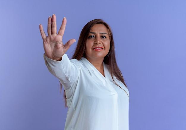 Mulher caucasiana de meia-idade satisfeita e casual mostrando cinco