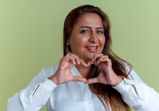 Mulher caucasiana de meia-idade satisfeita e casual mostrando um gesto de coração