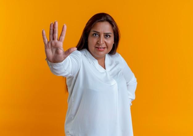 Mulher caucasiana de meia-idade satisfeita e casual mostrando um gesto de parar