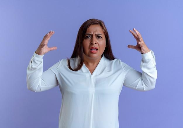 Mulher caucasiana de meia-idade zangada e casual estendendo as mãos