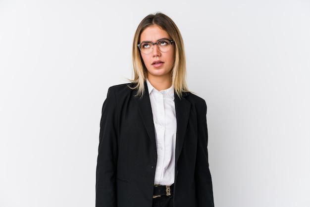 Mulher caucasiana de negócios jovem cansada de uma tarefa repetitiva.