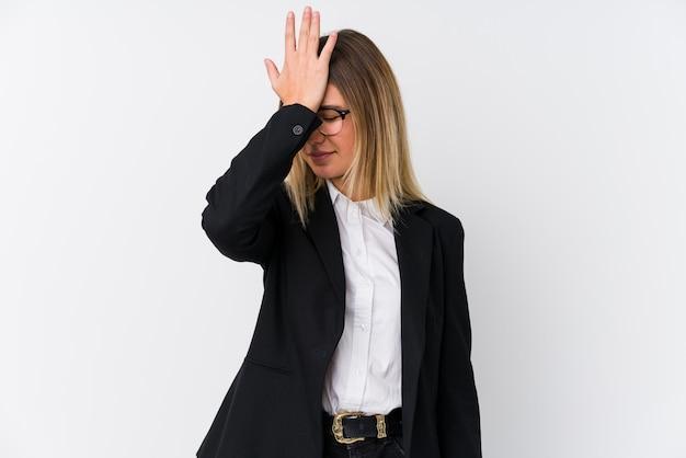 Mulher caucasiana de negócios jovem esquecendo algo, tapa na testa com a palma da mão e fechar os olhos.