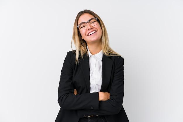 Mulher caucasiana de negócios jovem rindo e se divertindo.