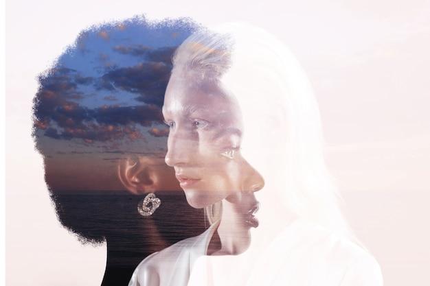 Mulher caucasiana e retrato de múltipla exposição de mulher afro-americana no fundo do céu. conceito de amizade, amor e relações de mulheres.