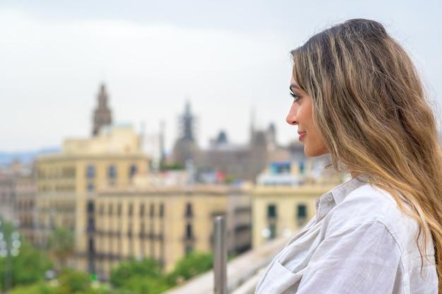Mulher caucasiana em barcelona, espanha. posando perto do porto