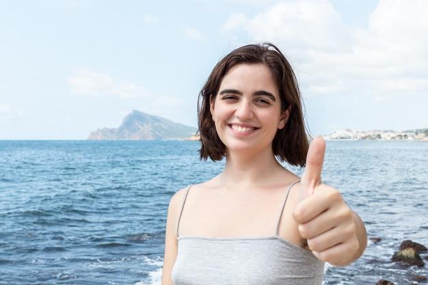 Mulher caucasiana feliz na praia