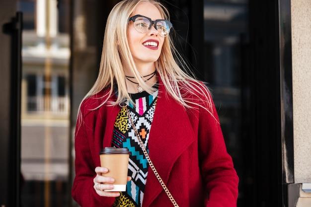 Mulher caucasiana jovem e atraente caminhando ao ar livre.