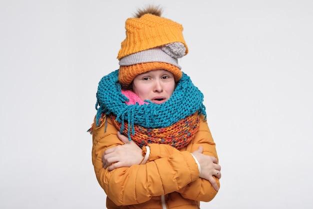 Mulher caucasiana jovem engraçada tremendo de frio