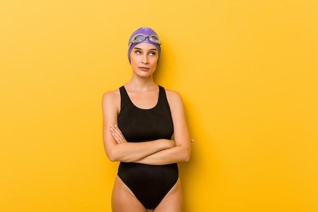 Mulher caucasiana jovem nadador cansado de uma tarefa repetitiva.