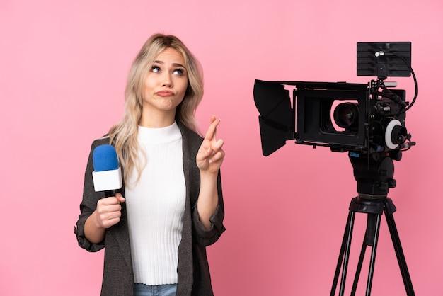 Mulher caucasiana jovem repórter linda parede rosa