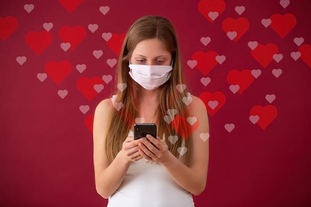 Mulher caucasiana namorando online pela internet durante a pandemia de coronavírus