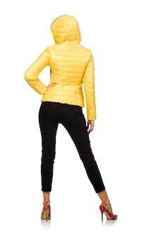 Mulher caucasiana no casaco amarelo isolado no branco