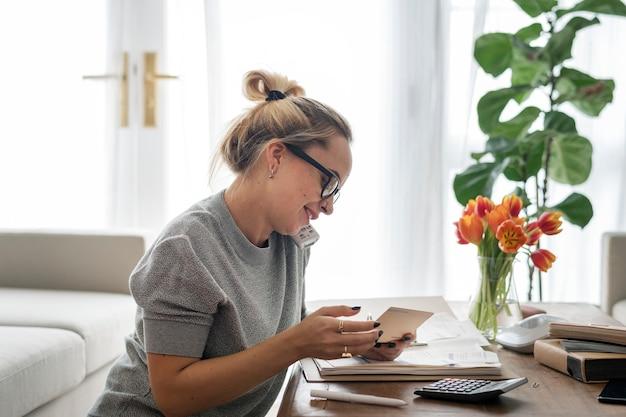 Mulher caucasiana no telefone