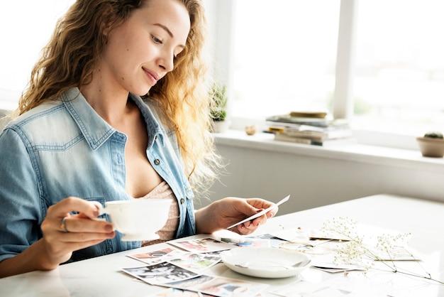 Mulher caucasiana, olhando fotos