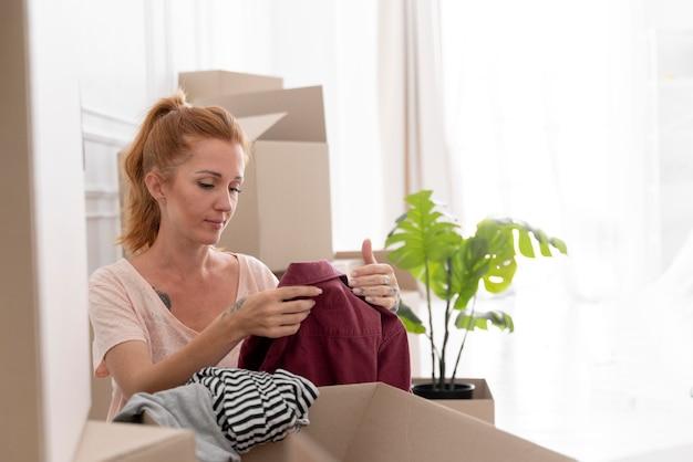 Mulher caucasiana se preparando para se mudar para uma nova casa