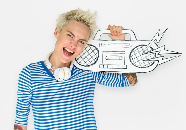 Mulher caucasiana segurando ilustração rádio