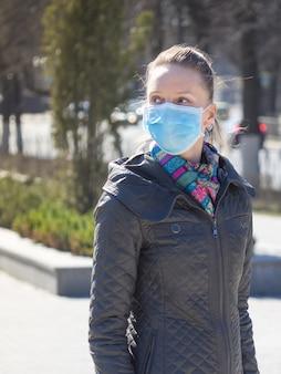 Mulher caucasiana, usando máscara cirúrgica no rosto em espaços públicos