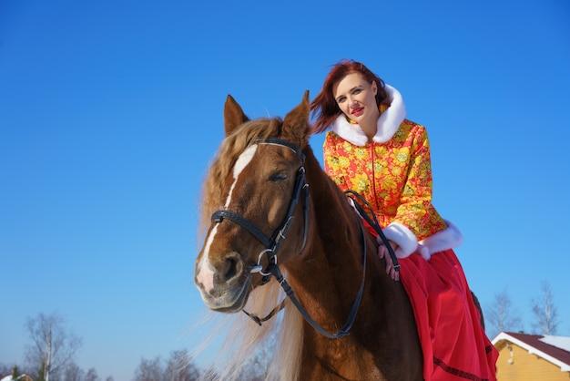 Mulher cavalgando em um dia gelado de inverno