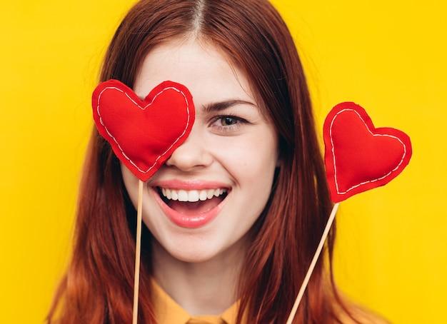Mulher celebração do dia dos namorados com corações, amor