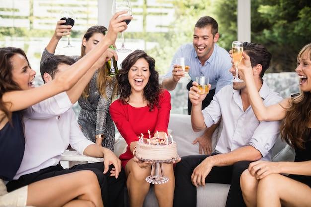Mulher, celebrando, dela, aniversário, com, grupo amigos