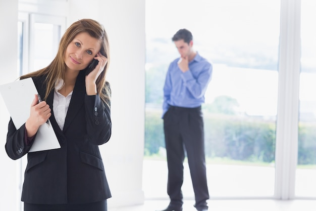 Mulher chamando o telefone enquanto o homem decide