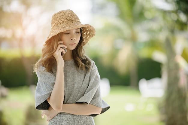 Mulher chamando o telefone, falando de negócios, garota usa smartphone