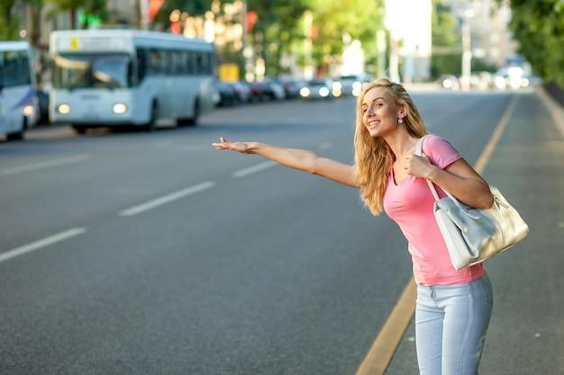Mulher chamando um taxi