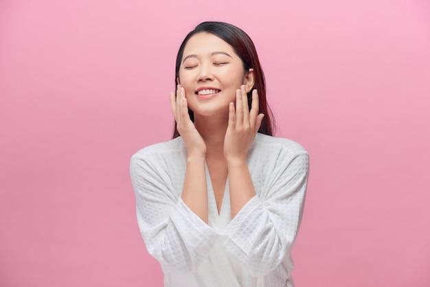 Mulher charmosa com maquiagem natural, olhos fechados curtindo resultado após peeling de máscara loção esfoliante, isolado