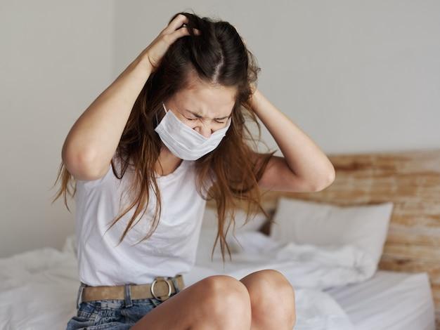 Mulher chateada com máscara médica tocando a cabeça com as mãos e quarentena do coronavírus da doença