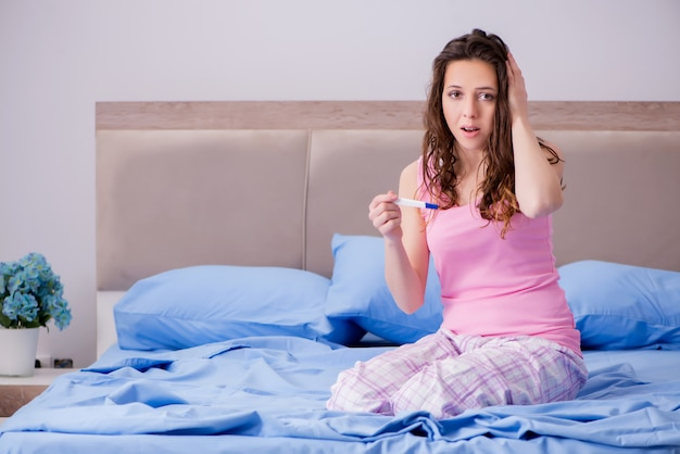 Mulher chateada com resultados de testes de gravidez
