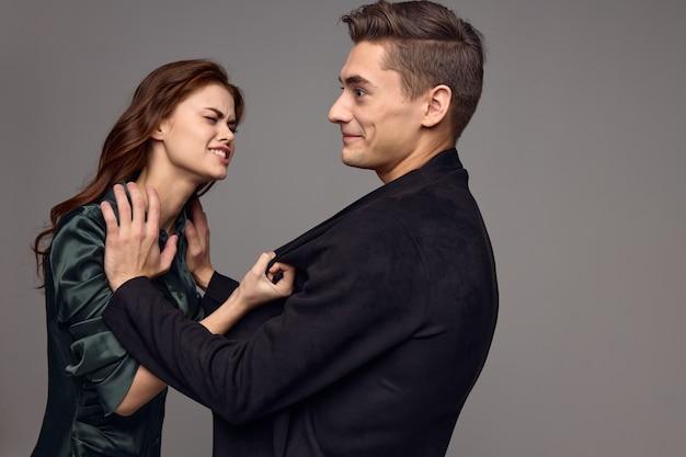 Mulher chateada jaqueta homens agressão irritabilidade conflito