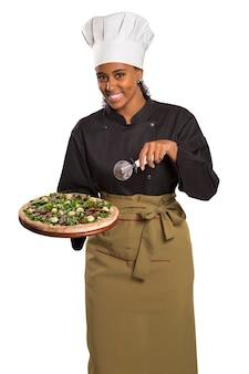 Mulher chef dando pizza isolada no espaço em branco