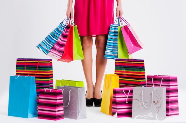Mulher cheia de sacolas de compras