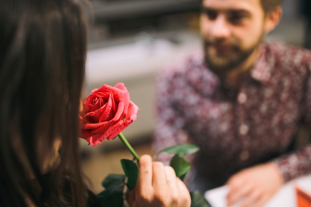 Mulher cheirava flores apresentadas