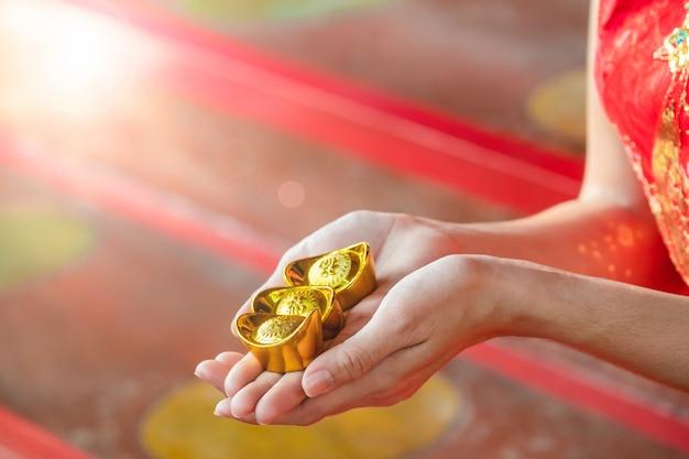 Mulher chinesa asiática em chinês tradicional segurar dinheiro chinês no templo chinês