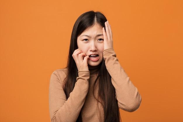 Mulher chinesa bonita jovem chorando e chorando desconsoladamente.