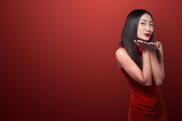 Mulher chinesa em cheongsam vestido sorriso