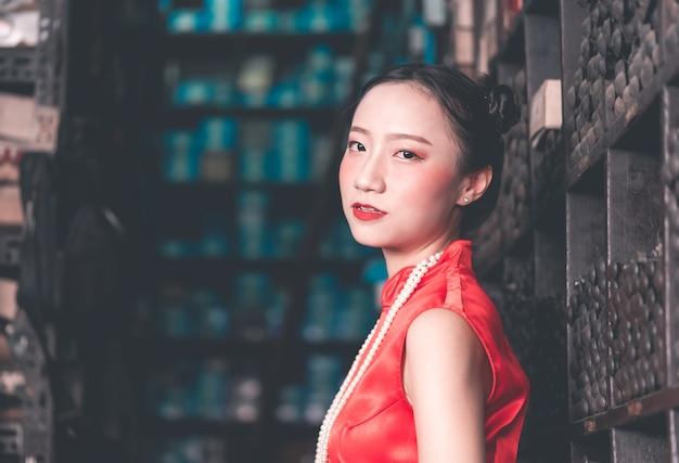 Mulher chinesa em uma loja industrial de haste de metal de aço