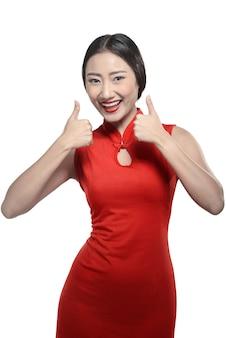 Mulher chinesa em vestido cheongsam mostrar polegares para cima
