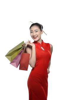 Mulher chinesa em vestido cheongsam