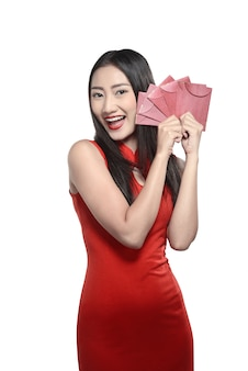 Mulher chinesa em vestido vermelho cheongsam