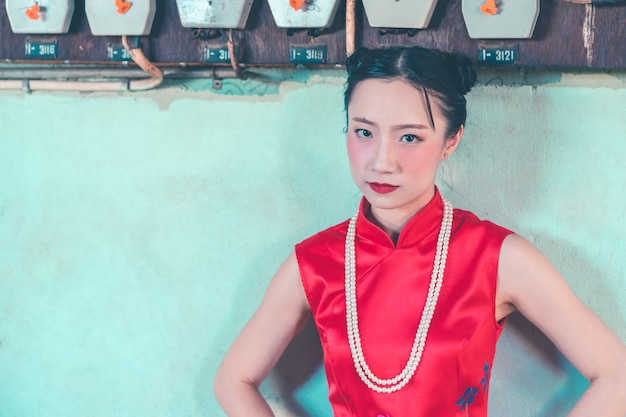 Mulher chinesa no fundo verde da indústria grunge