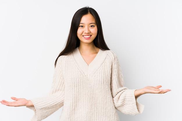 Mulher chinesa nova isolada mostrando uma expressão bem-vinda.
