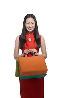 Mulher chinesa segurando o saco de compras
