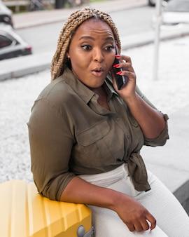 Mulher chocada ao falar ao telefone