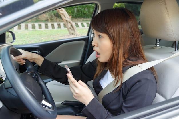 Mulher chocada assistindo vídeo com telefone inteligente