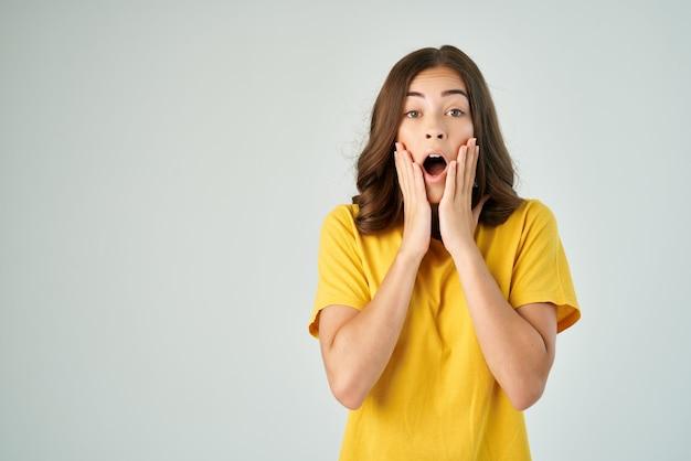 Mulher chocada cobrindo o rosto com as emoções de boca aberta de mão cortada a visão. foto de alta qualidade